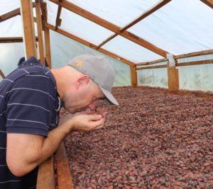 Karl Hogarth et ses fèves de cacao